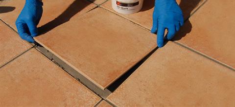 È possibile posare le piastrelle e stuccare le fughe attorno nello stesso tempo.