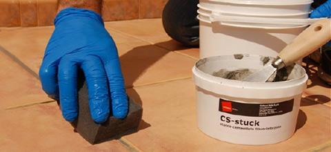 Pulire gli eccessi di CS-stuck con una spugna umida e lasciare asciugare 24 ore.