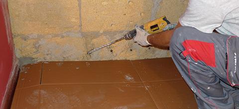 Effettuare i fori, con diametro di 12/16 mm (in base al tipo di muratura), ad una distanza di 15/20 cm l'uno dall'altro inclinati verso il basso di 30/45 gradi,fino ad una profondità pari ai 2/3 dello spessore del muro.